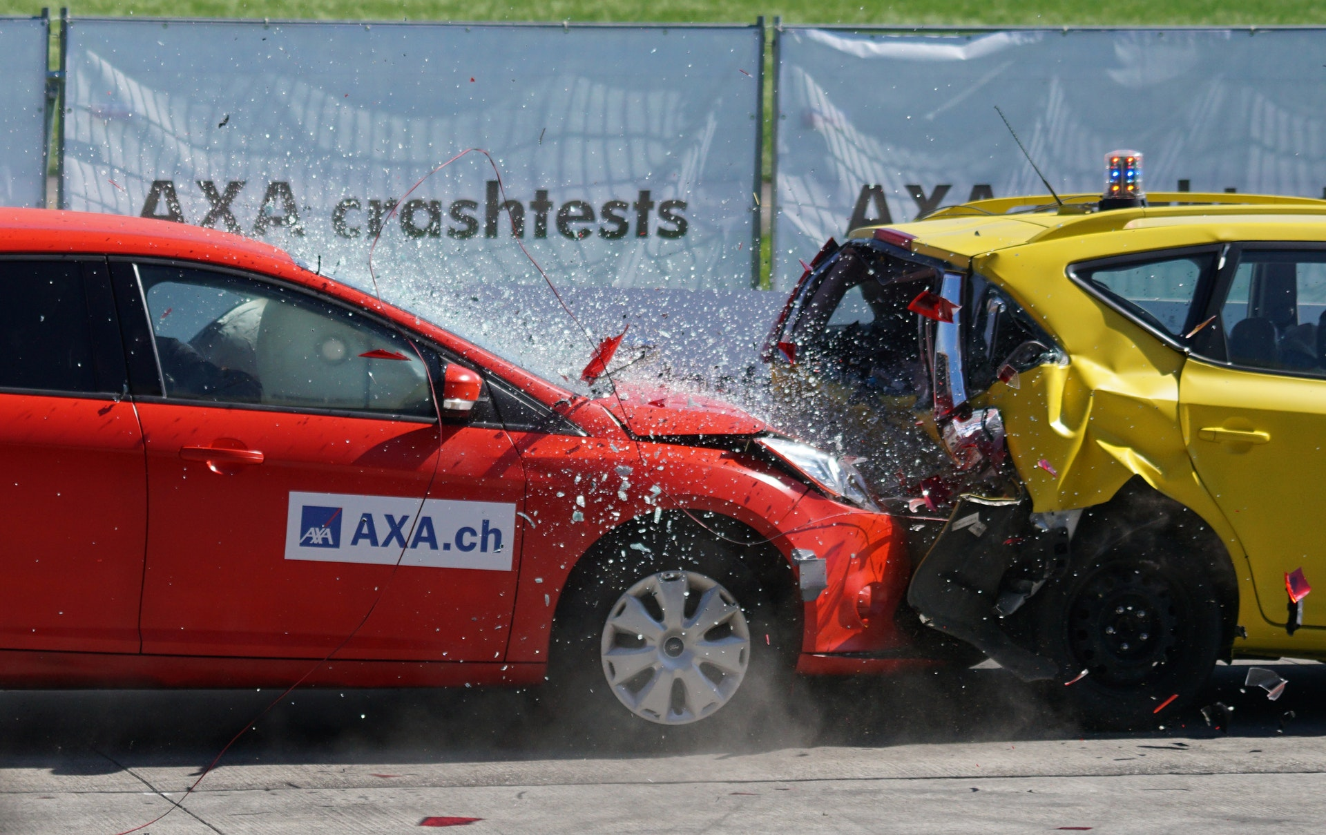 https://kaitrade.cz/media/aktuality/red-and-yellow-hatchback-axa-crash-tests-163016.jpg